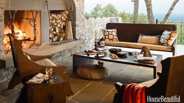 12. Tầng thượng lớn cũng có thể biến thành góc ngồi cho ngày thu se lạnh với những chiếc ghế gỗ bọc nệm êm ái và lò sưởi bằng củi ấm áp.