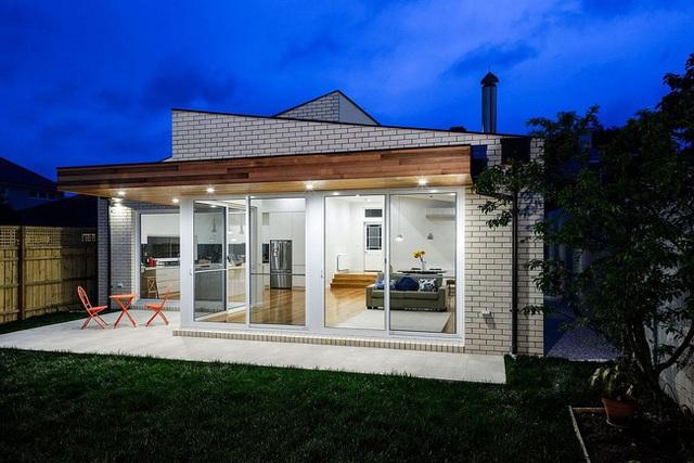 Ngôi nhà trông về đêm thật là hiện đại và cuốn hút khiến người ta phải ganh tị.