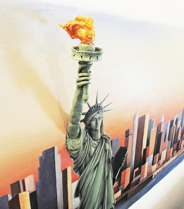 Tượng nữ thần tự do cũng được tái hiện vô cùng sinh động, và lần này nghệ thuật 3D chính là hình ảnh ngọn đuốc.