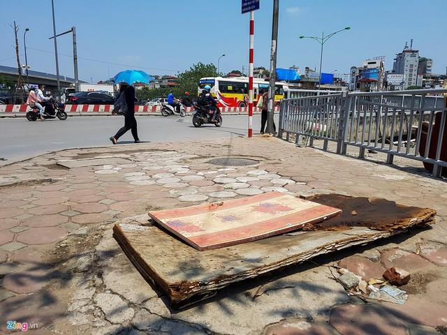 Đoạn đầu đường Khương Đình (quận Thanh Xuân), một số miệng cống được đặt tạm bợ bằng các tấm ván gỗ.