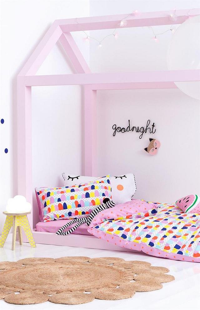12. Một mẫu giường ngủ sát đất với khung và thành giường vườn cao lên che chắn giống như hình thù của một ngôi nhà mini. Màu hồng phấn đi kèm sẽ làm cô công chúa nhỏ nhà bạn thích thú cho mà xem.