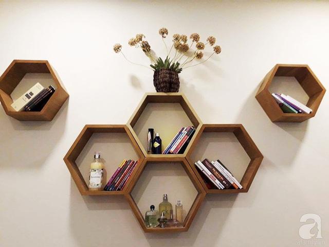 Kệ đựng sách hình tổ ong đẹp bình dị trên tường.
