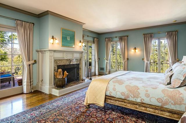 Một trong 6 phòng ngủ, có view ấn tượng nhìn ra vườn.