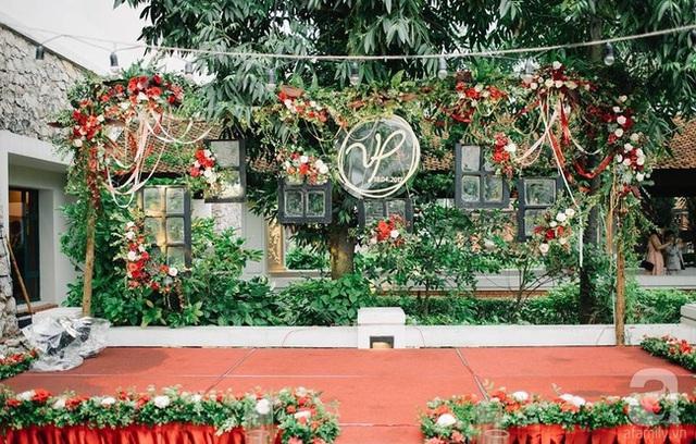 Nơi tổ chức lễ cưới được trang trí giản dị, bình yên.