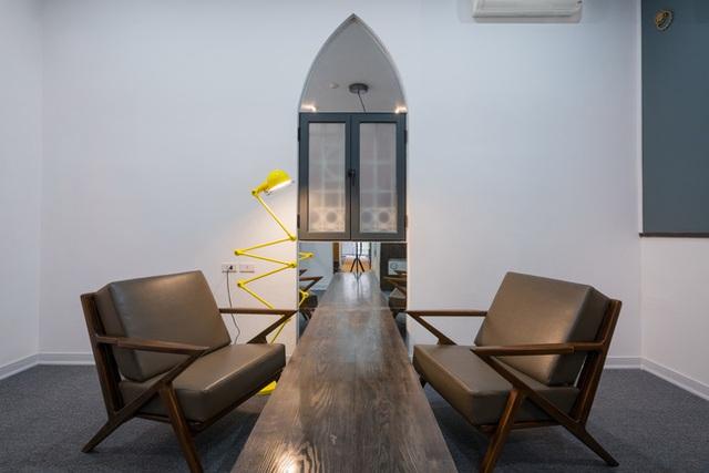 Thiết kế mộc mạc của phòng tư vấn ăn nhập hoàn toàn với lối kiến trúc industrial của tầng 1.