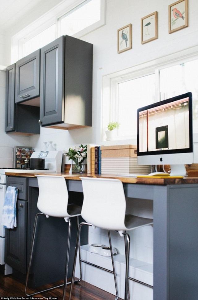 Bàn làm việc được tích hợp cùng với nhà bếp để tích kiệm diện tích nhưng cũng không làm mất tính thẩm mĩ hay gây nhức mắt gì.