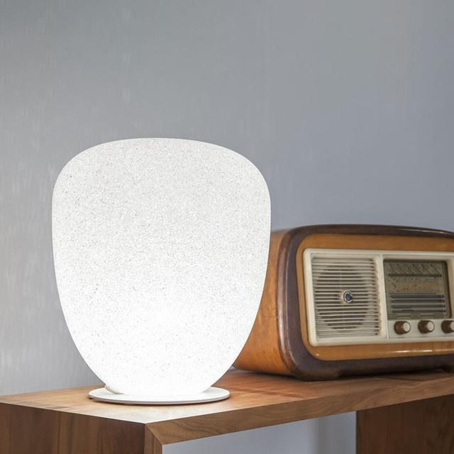 12. Bên cạnh những công dụng nói trên, sự xuất hiện của một mẫu đèn ngủ đẹp mặt cũng giống như một món đồ trang trí cho không gian căn phòng ngủ của bạn.