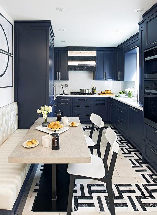 26. Trong bố cục đen trắng, chúng ta phải cẩn thận không để nội thất trông lặp lại. Có một chiếc ghế băng màu kem sẽ là một điểm gây ngạc nhiên khá ổn, chỉ cần thêm chút màu ấm cho bếp của bạn sẽ khiến nó trông tinh tế hơn.