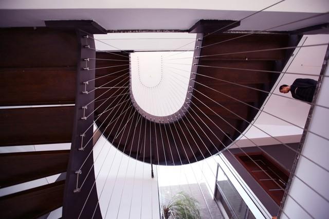 Cầu thang chính của căn nhà với cáp treo mang lại hiệu ứng thị giác đẹp mắt.