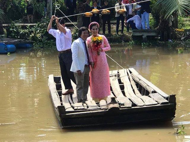 Sau nghi lễ gia tiên ở nhà gái, cô dâu và chú rể lại phải lên bè, vượt sông mới ra được đường nhựa để lên xe hoa về Sài Gòn.