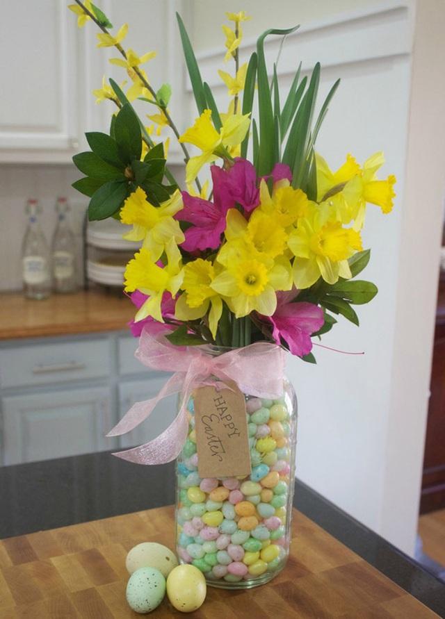 10. Bỏ những viên kẹo nhiều màu hoặc sơn màu cho những viên sỏi nhỏ và xếp chúng vào trong lọ trước khi cắm hoa cũng là một cách rất độc đáo.