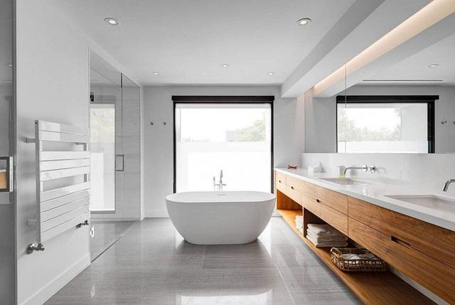 Không gian nhà tắm đơn giản và hiện đại với một bồn tắm đơn. Các thiết bị sử dụng trong này đều là tông màu trắng đem lại cái nhìn sạch sẽ, công nghiệp.