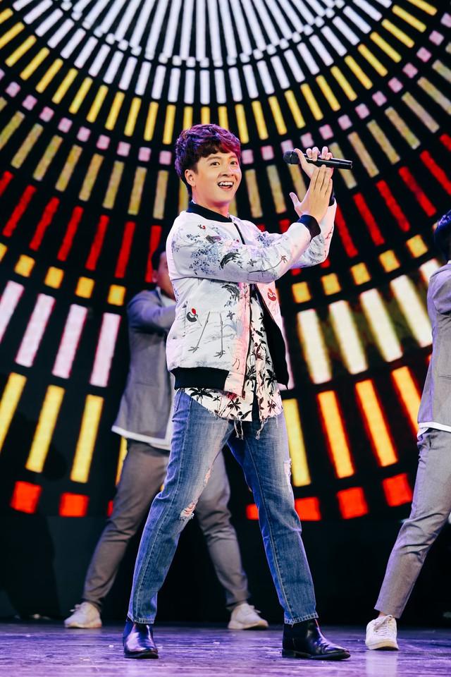 Ngoài vai trò MC, Ngô Kiến Huy cũng góp giọng qua bài hát sôi động Nupakachi.