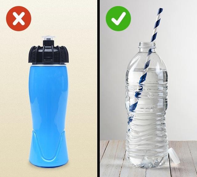 Ngay cả khi rửa chai thật kỹ, chúng ta vẫn có thể bị ngộ độc thực phẩm hoặc thậm chí viêm gan A. Nghiên cứu cho thấy rằng hầu hết các vi khuẩn sống ở cổ chai - những nơi bạn khó có thể rửa. Những nếp xoắn ở cổ chai và nắp đậy có đầy mầm bệnh sẽ vào cơ thể bạn khi uống. Để an toàn, nên sử dụng ống hút.