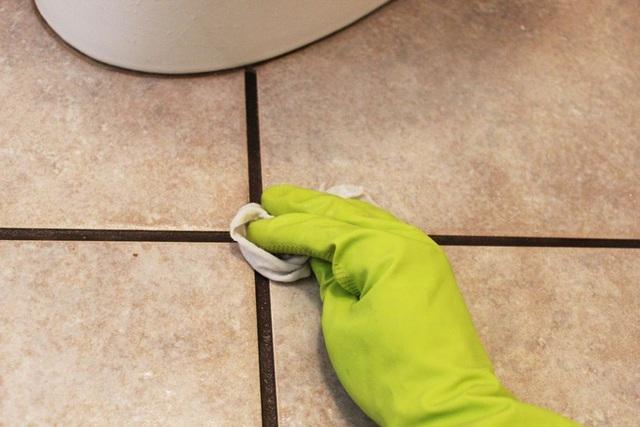 Bạn có thể sẽ cần tráng và lau nhiều lần để loại bỏ hết tất cả hỗn hợp và giấm khỏi xi măng. Cách này cũng có thể áp dụng để làm sạch toàn bộ tường và sàn nhà tắm, chứ không gì chỉ riêng những vệt xi măng.