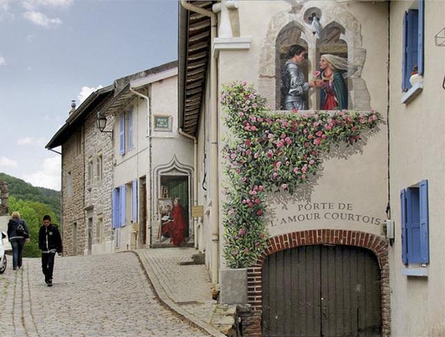 Thêm những ô cửa với những bức tranh nghệ thuật, để lối vào khu nhà đẹp hơn. Cửa sổ tình yêu với hồng leo và câu chuyện ý nghĩa của cặp uyên ương.
