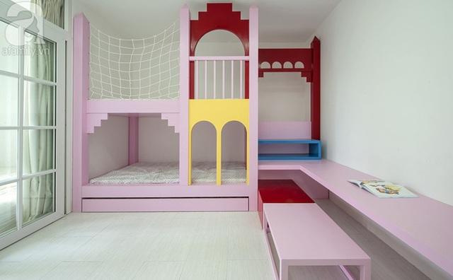Phòng của 2 bé với sắc hồng dễ thương và được tính toán kĩ về công năng lẫn tính an toàn cho trẻ trong qua trình sử dụng. Chiếc giường tầng được thiết kế dựa trên cảm hứng từ tòa lâu đài.