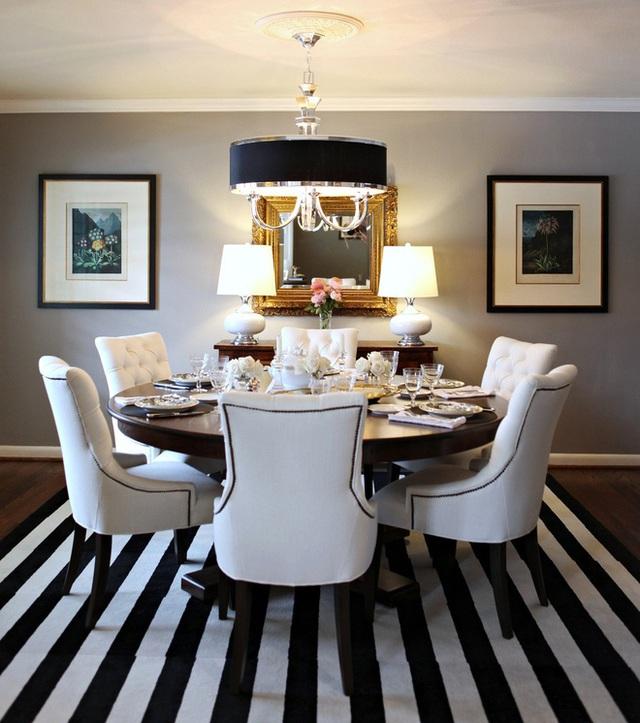 Nội thất trong căn phòng vô cùng cân đối và duyên dáng. Một tấm thảm sọc đơn sắc sẽ hướng sự chú ý đến một chiếc bàn ăn đẹp.
