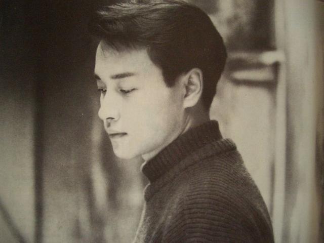 """Trương Quốc Vinh (1/4/2003): Tài tử, divo Hong Kong Trương Quốc Vinh đã nhảy lầu từ tầng 24 của một khách sạn. Sự ra đi của anhh trở thành cú sốc lớn đối với làng giải trí Hong Kong và cả châu Á. Trương Quốc Vinh bị trầm cảm đã lâu và bệnh tình trở nên suy sụp từ năm 2002. Anh từng viết trong cuốn hồi ký: """"Tôi nghĩ rằng mình đang mắc chứng trầm cảm. Đây là nguồn gốc khiến tôi bất mãn với cuộc sống, tôi cảm thấy không hài lòng với những người khác và cả thế giới""""."""