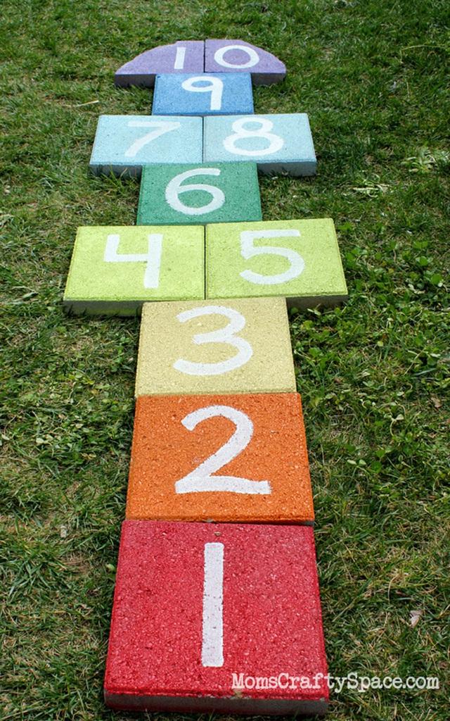 12. Làm một số bảng xốp các con số nhiều màu sắc để cho các con bạn chơi trong vườn cũng rất hợp lý nhé.