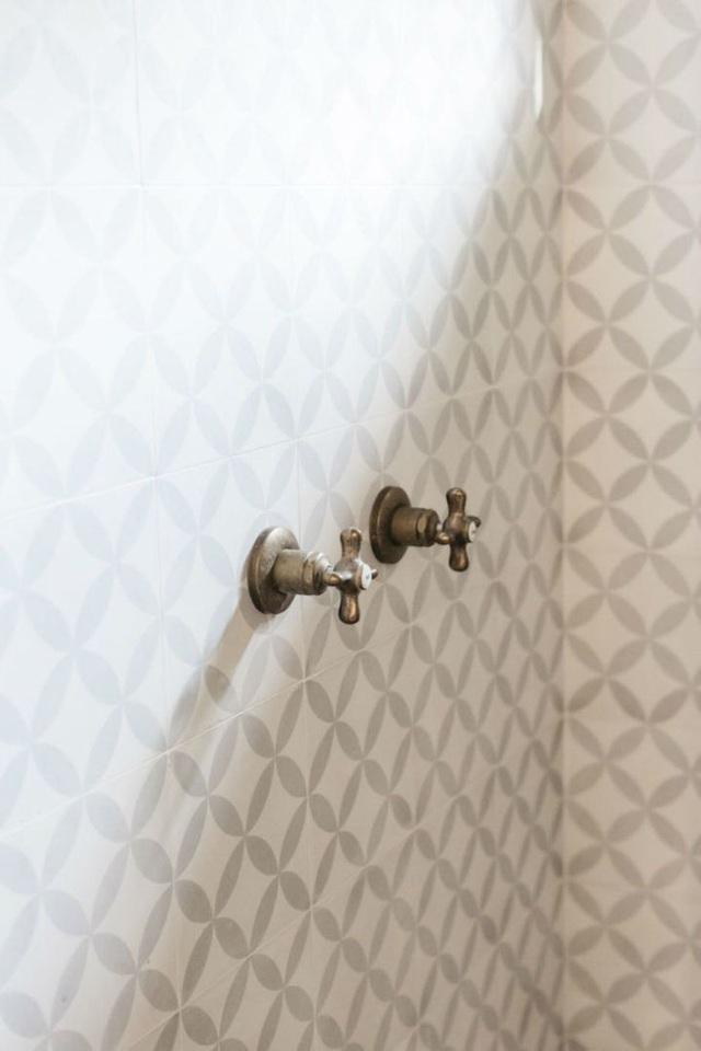 Khu vực phòng tắm đứng được chọn gạch ốp nhiều màu cho sàn và tường để tạo sự khác biệt.