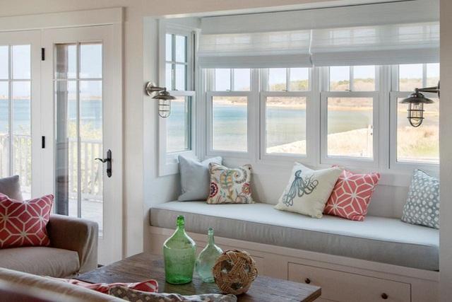 Chỗ ngồi bên cửa sổ giống như một phần tự nhiên của ngôi nhà, bảng màu sắc phù hợp với phần còn lại của nội thất, tạo ra một khung cảnh hài hòa có lợi cho các yếu tố và nội thất còn lại trong phòng.