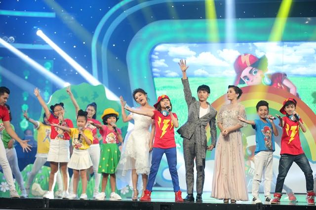 Các giám khảo và top 10 của Vietnam Idol Kids ở phần mở màn đêm gala.