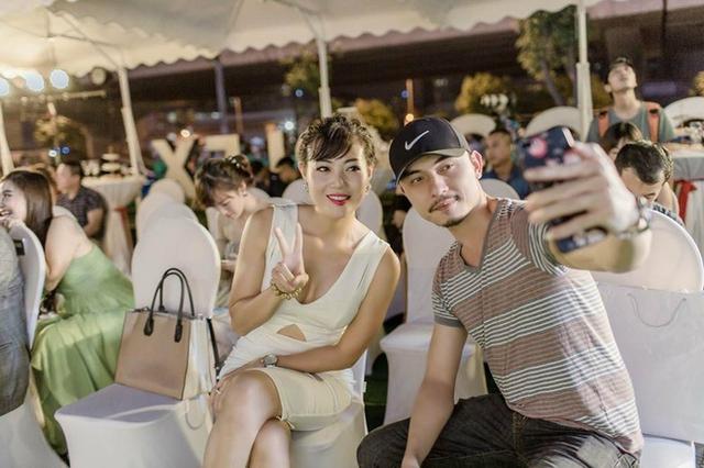 Tùng Còi cũng rất thân thiết với Phan Hương. Cả hai thường xuyên gặp nhau khi tham gia các sitcom gần đây.