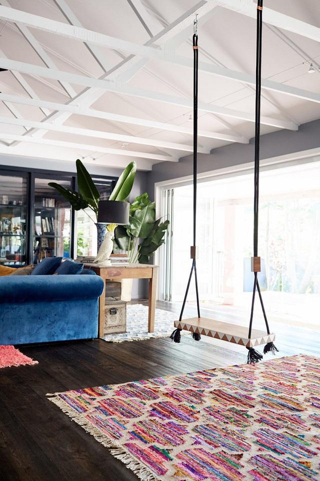 Một thảm trải sàn kết hợp với các vân trang trí trên swing đem lại phong cách thiết kế nhiệt đới đa sắc màu.