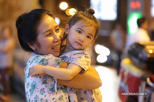 Mẹ Kim Hiền ôm chặt bé Yvona bởi từ lúc chào đời đến giờ, bà mới được gặp cháu ngoại.