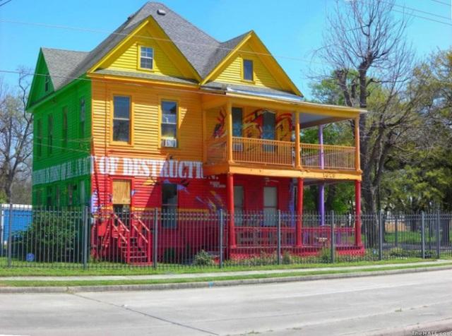 12. Không gian mặt tiền được sơn nhiều màu, từ vàng, đỏ, nâu đến xanh với những mảng màu sơn xịt cho ngôi nhà vừa độc đáo vừa tinh nghịch.