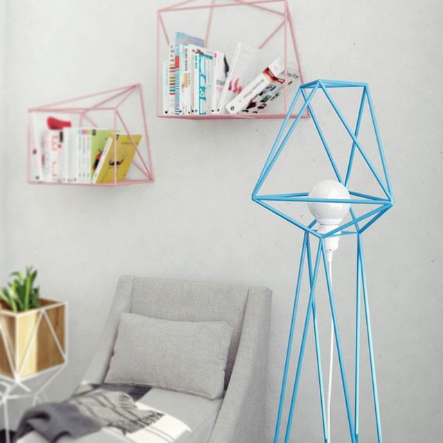 Bên cạnh kiểu đèn treo tường và đèn để bàn bạn cũng có thể tìm thấy kiểu đèn đứng được thiết kế từ cảm hứng hình học.