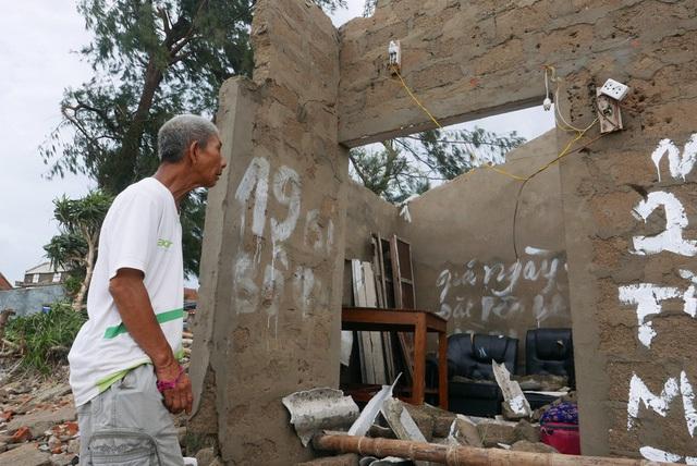 Chỉ sau một ngày, nhiều người dân nơi đây bỗng rơi vào cảnh không có nhà ở, cuộc sống trước mắt đầy khó khăn.
