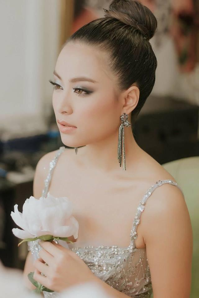 Hoàng Thùy Linh quyết định viết tự truyện để đánh dấu mốc 10 năm ý nghĩa và khẳng định, cô muốn đối mặt với quá khứ để bước tiếp trong tương lai. Vàng Anh ngày nào giờ là một cô gái trưởng thành, nóng bỏng.