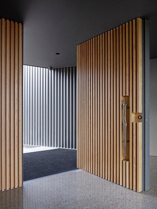 Một cánh cửa ra vào thanh lịch cỡ lớn như phần nào cho thấy được gu thẩm mỹ tinh tế của chủ nhân ngôi nhà.