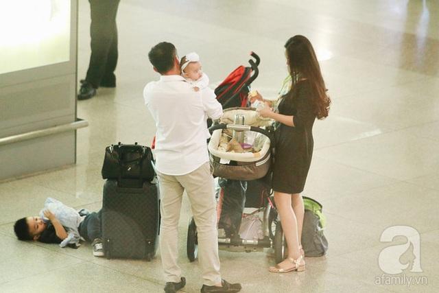 Sau khi lấy hành lý ông xã nhanh chóng trở lại với 3 mẹ con.