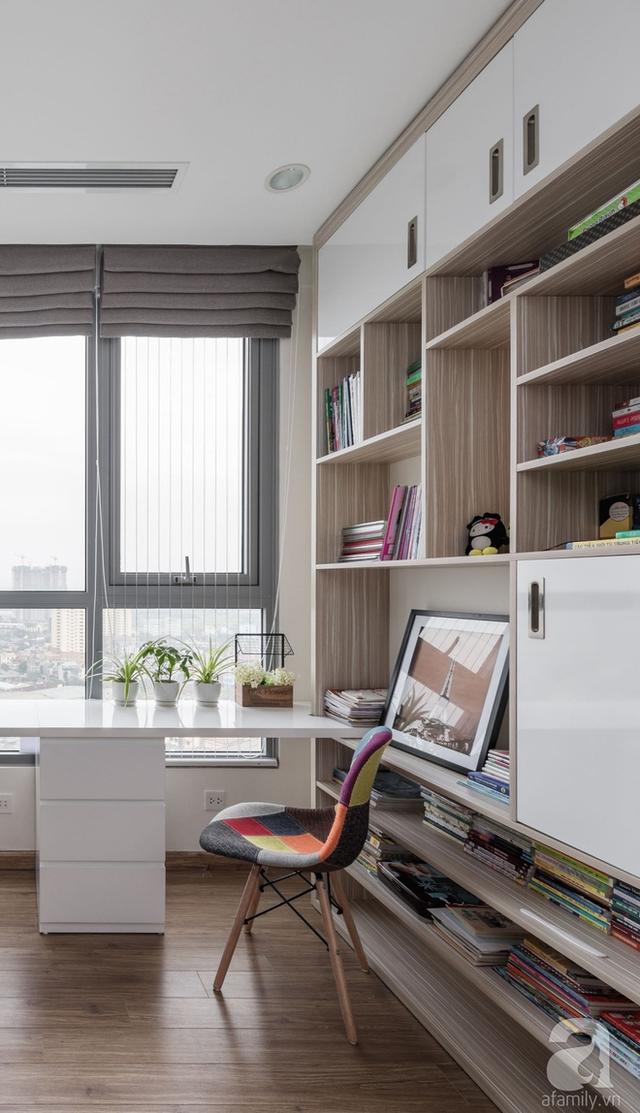 Kệ sách được thiết kế bao quanh tường để tăng không gian lưu trữ đồ.