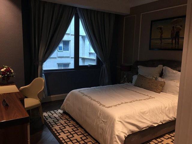 Không gian các phòng ngủ nằm ở vị trí khá thoáng khi từ cửa sổ có thể nhìn thẳng xuống sảnh lớn của tòa nhà.