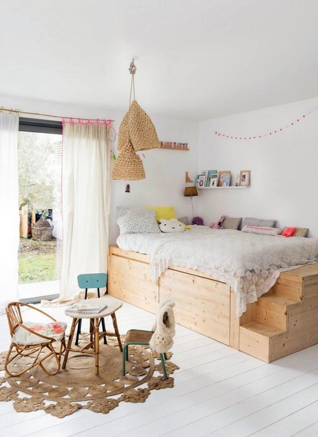 Căn phòng vô cùng xinh xắn này sẽ là món quà tuyệt vời cho các thành viên trong gia đình. Chỉ cần thiết kế khu vực giật cấp, khu vực lưu trữ phía dưới. Căn phòng bỗng trở nên dịu dàng và lãng mạn hơn với những gam màu gốc tự nhiên.