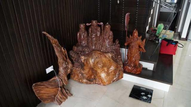 Ngay từ cửa vào nam diễn viên bài trí khá nhiều tượng gỗ được điêu khắc tinh xảo.