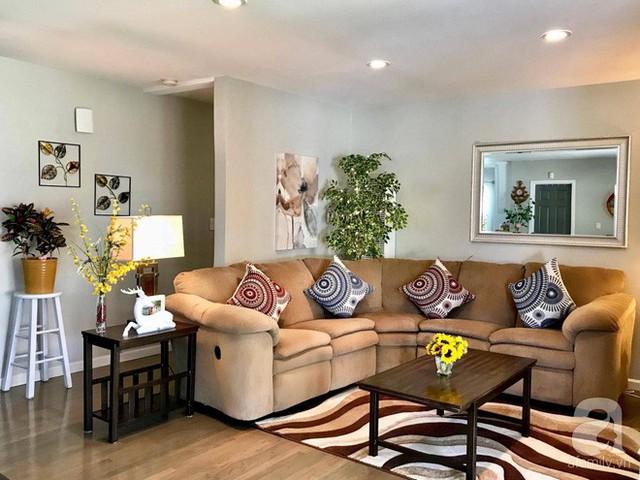 Phòng khách với bộ sofa màu nâu thanh lịch và sang trọng.