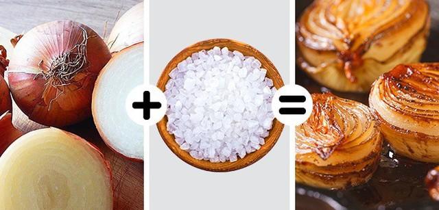 Cách làm đúng là sử dụng lửa vừa, thêm dầu ăn và bơ vào nồi chiên nóng lên. Tuy nhiên, trước đó bạn cần cắt hành ra và cho vào chảo, thêm một chút muối. Muối sẽ loại bỏ mùi khó chịu của hành, khiến chúng chín nhanh hơn và có vị ngọt.