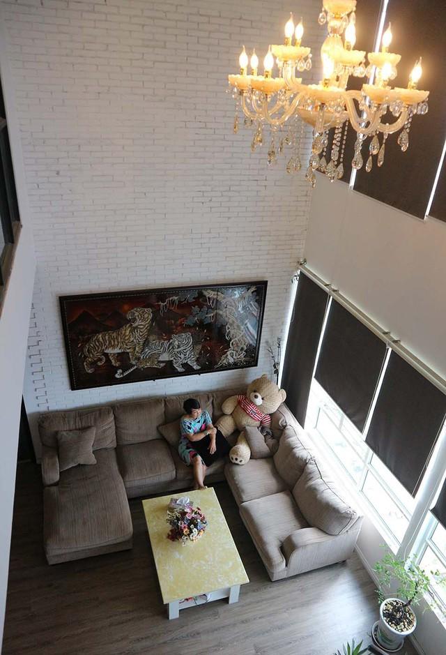 Không gian sống của vợ đầu Duy Phương nhìn từ tầng gác xuống. Sau công việc kinh doanh, Hải Lý quay trở lại với điện ảnh và gây dấu ấn qua nhiều vai diễn phim truyền hình.