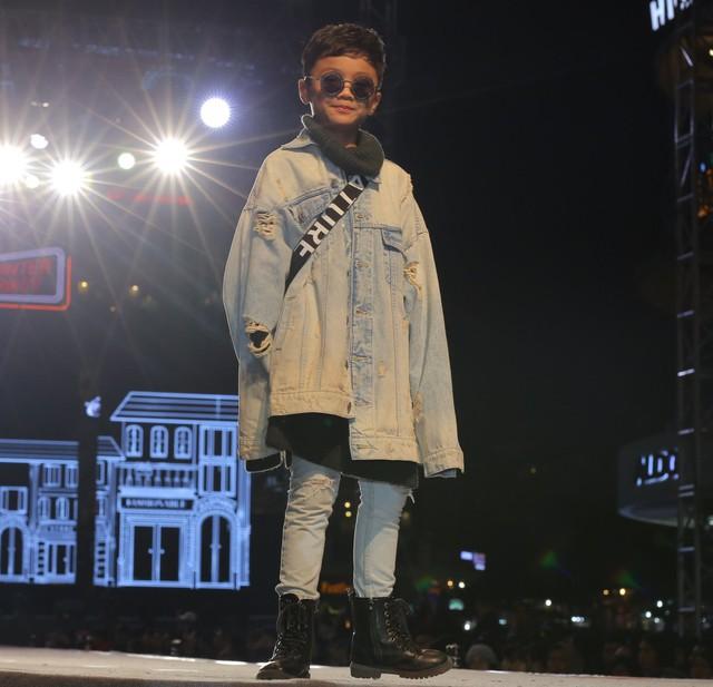 """Áo khoác Denim rách phối cùng quần jeans và boot cao cổ là một set đồ """"ton-sur-ton"""""""