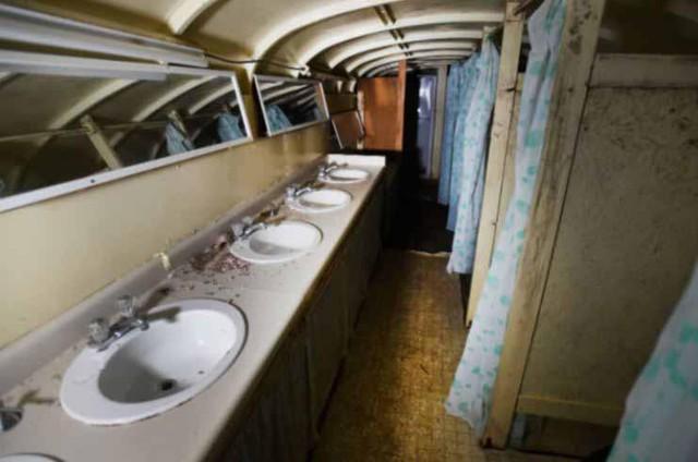 Khu vực vệ sinh lớn bên trong hầm.