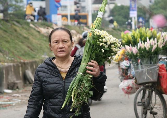Cũng trong sáng ngày 31/12 rất nhiều gia đình đã dậy từ sớm mua hoa tươi, trái cây về cúng tất niên.