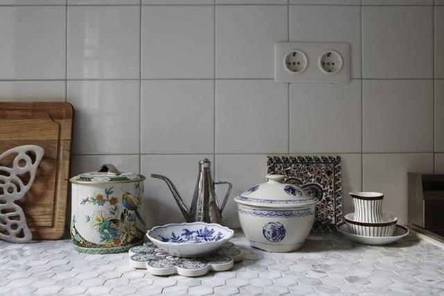Những viên gạch ốp với thiết kế hình lục giác và hình vuông sẽ thể hiện được sự khác biệt cho tường bếp và đảo bếp.