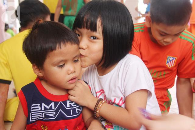 Sự đáng yêu, hồn nhiên của bé trai 3 tuổi khiến những đứa trẻ khác ở đây rất yêu quý em