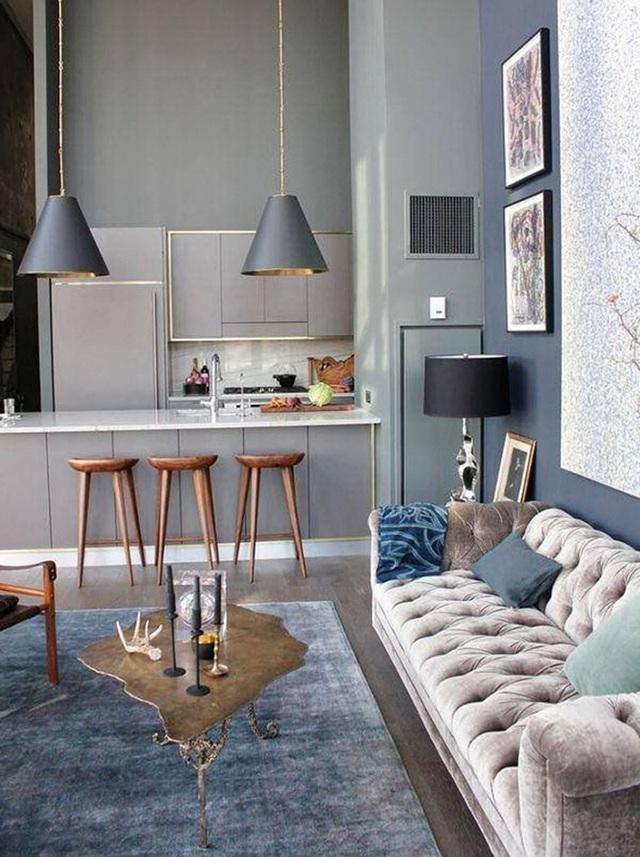 15. Bếp màu xám hiện đại và phòng khách với màu xám, xanh dương và nâu sẫm tạo thành một không gian vô cùng cá tính.