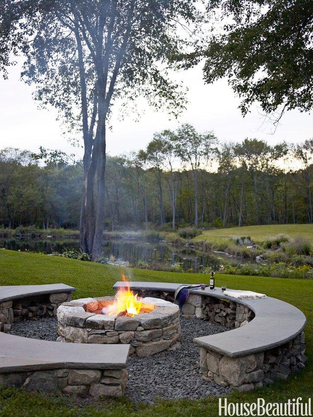 13. Những chiếc ghế băng hình vòm được tạo từ đá và xi măng, cộng thêm một hố lửa ở trung tâm có thể tạo thành địa điểm ăn uống và vui chơi lý tưởng cho gia đình bạn trong những ngày cuối tuần.